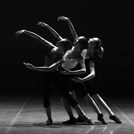 黑白拍摄 三位芭蕾舞蹈者