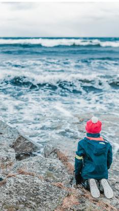 小孩 大海 海岸边