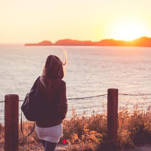 日出 女孩 背影 大海 阳光