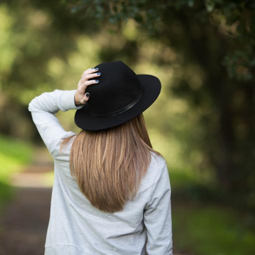 背影 帽子 户外 树林