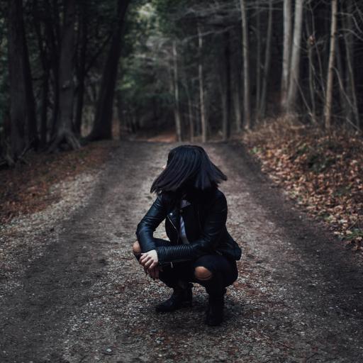 女子 蹲站 林中小路 落叶 树林
