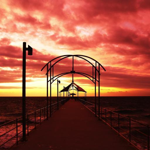 夕阳下的海边美景 火烧云 桥