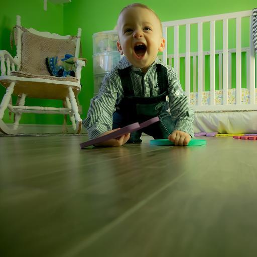 可爱外国小男孩 大笑 婴儿房