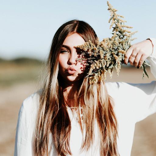 长发美女 手拿花束 金发