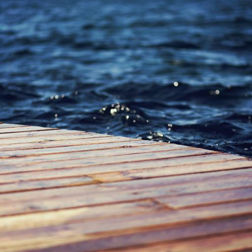 深蓝色海水 翻涌 木板桥