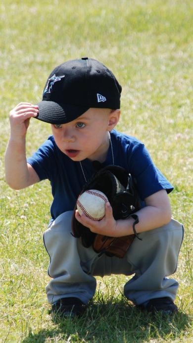 外国小萌娃 戴帽子 拿棒球