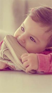 外国小萌娃 咬鞋子 可爱