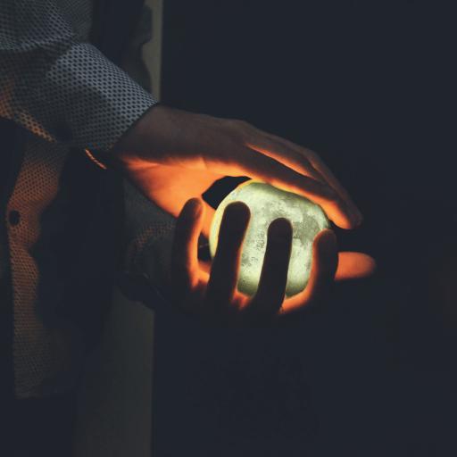 月球 发光 双手 握
