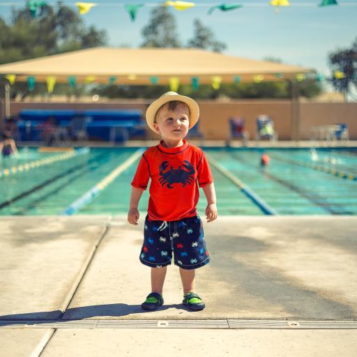 外国小男孩 可爱 泳池边