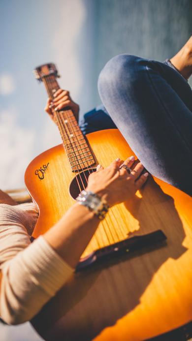 欧美美女 侧颜 弹吉他
