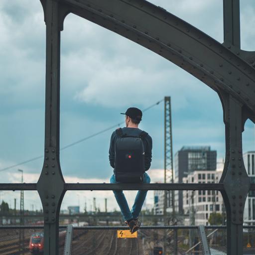 背影 男孩 背包 铁路 火车 桥
