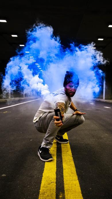 烟雾弹 男孩 纹身 武器 信号 马路