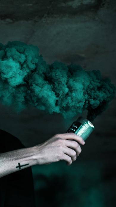 烟雾弹 绿色 男性 信号 求救