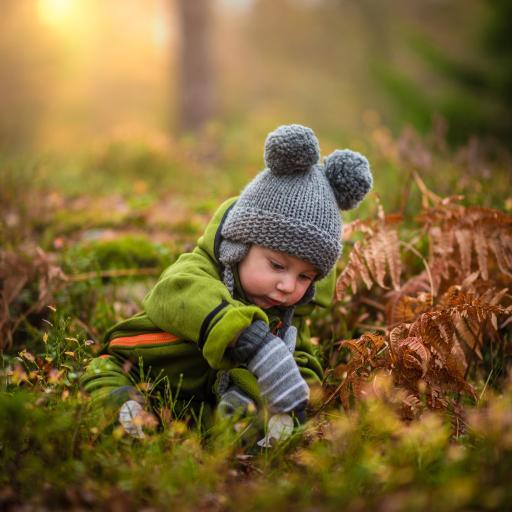 外国小萌娃 男孩 戴毛球帽 玩耍