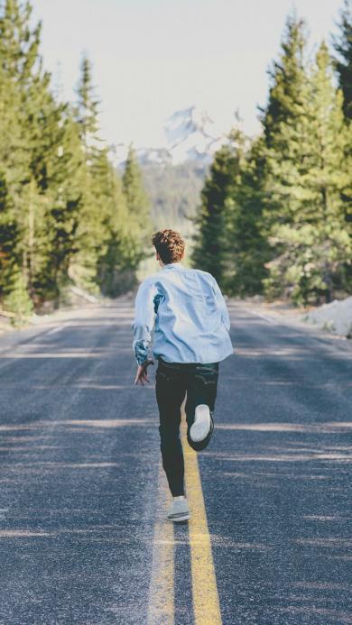 奔跑 运动 马路 背影 树木 男孩
