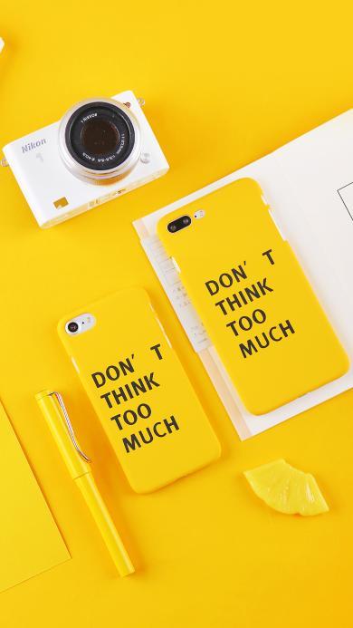 静物摆拍 黄色背景 黄色手机壳 签字笔 相机