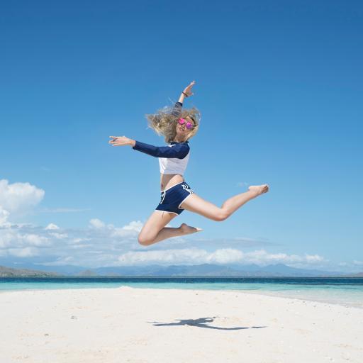 风景 蓝天白云  跳跃 海边 沙滩