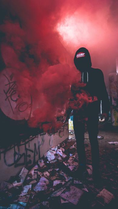 潮流人物 玩电子烟型男 炫酷 红色烟雾