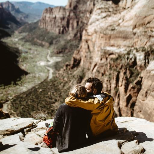 情侣 登山 拥抱 亲密