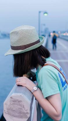 女生 背影 帽子 桥