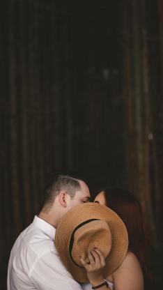 亲吻 情感 情侣 帽子 遮挡