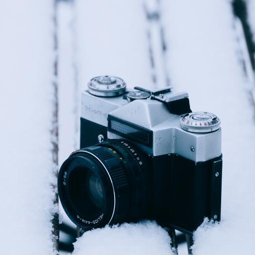 雪地里 数码产品 相机 黑色