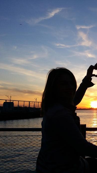 蓝天白云 夕阳美景 情侣 比心 男孩