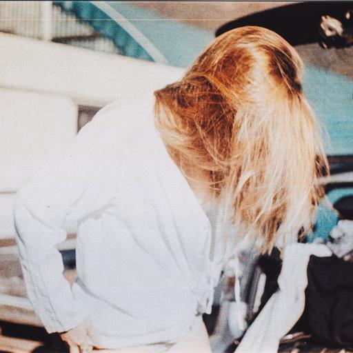 街拍 金发女孩 白色上衣