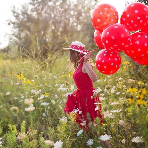 郊外 花丛 红裙美女 气球 写真