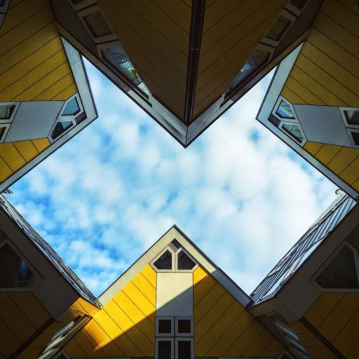 黄色建筑物 蓝天白云