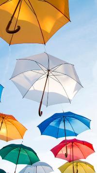 天空飘着彩色的雨伞 创意