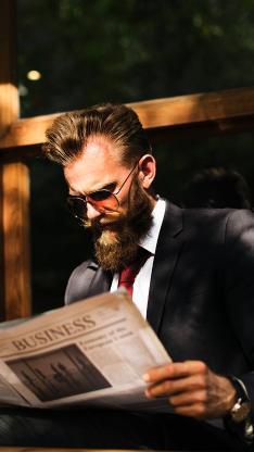 欧美型男 戴墨镜 看报纸