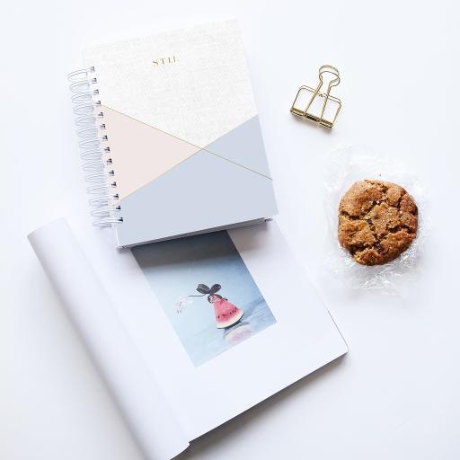 静物 饼干 笔记本 书夹