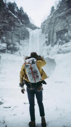 背包 徒步 旅行 雪山 瀑布