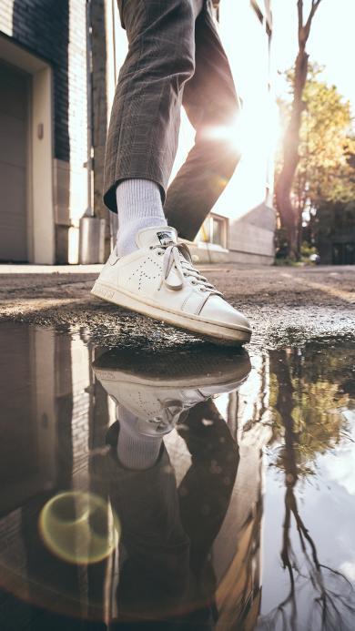 倒映 脚 鞋子 阳光 积水