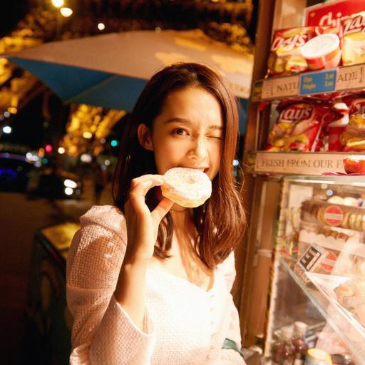 李沁 街拍 夜景 演员 明星 艺人 甜甜圈