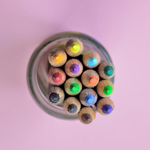 粉色背景 美术工具 彩铅 铅笔