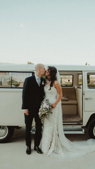 婚礼 汽车 婚纱 亲吻