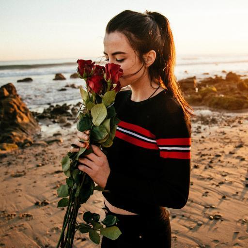 欧美美女 沙滩 玫瑰花