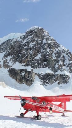 山峰 白雪 红色直升机 飞机