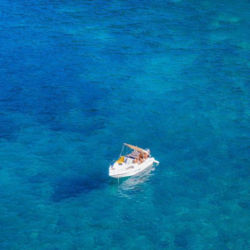 海洋插画 蓝色大海 白色小快艇