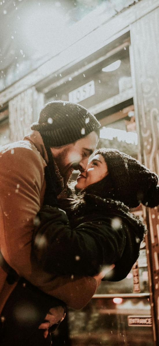 欧美情侣 雪中拥抱