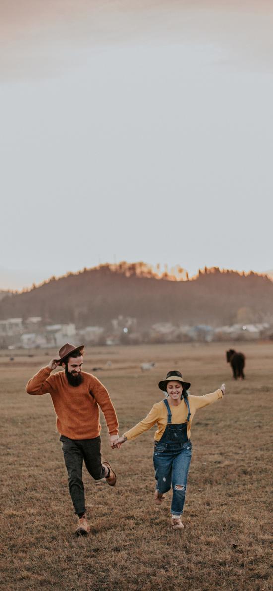 情侣 草地 奔跑 欢乐