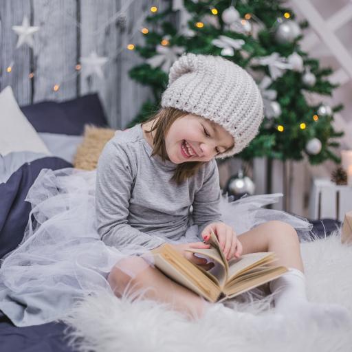 小女孩 儿童 圣诞树 阅读 书本 欧美