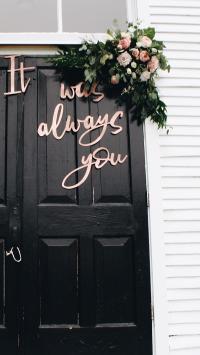 黑色房门 鲜花装饰 It always you