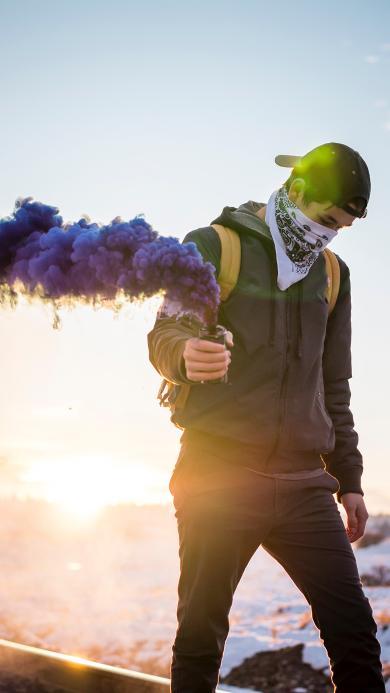 欧美少年 信号弹 烟雾弹 紫色烟雾