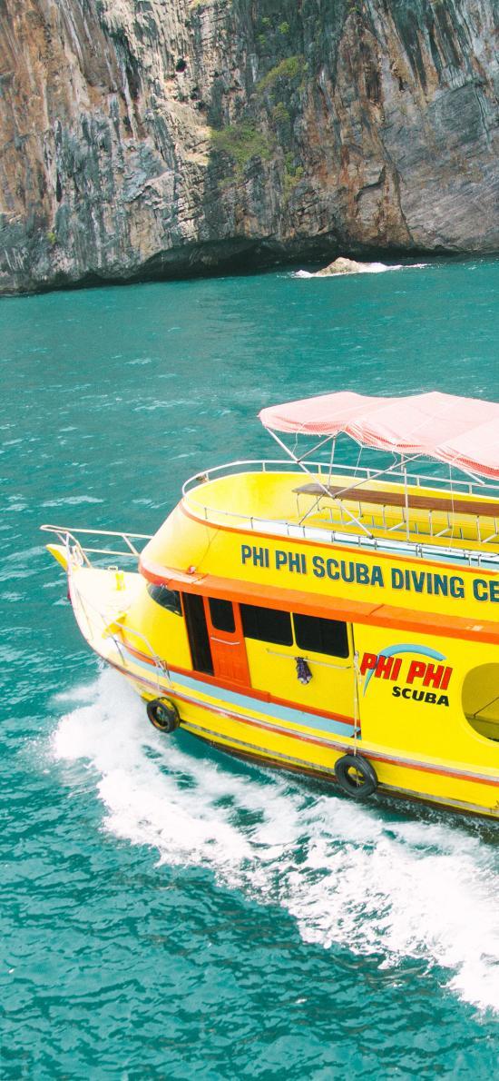 山峰 碧绿海水 游艇 黄色