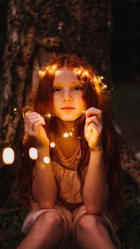 雀斑 女孩 灯光 花环 黑夜