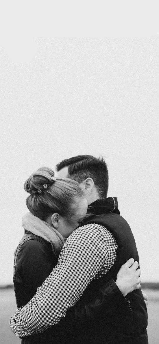 情侣 拥抱 户外 广阔 灰白