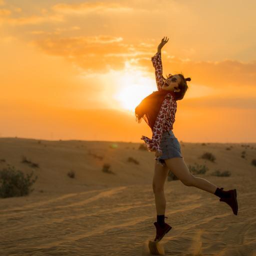 女孩 夕阳 跳跃 欢乐 荒漠